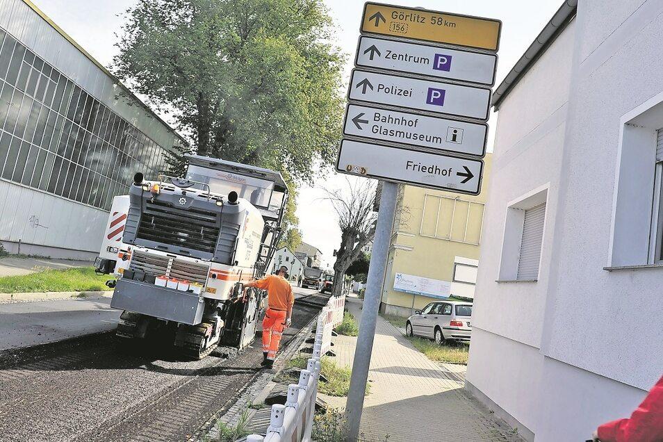 Der Asphalt auf der Berliner Straße in Weißwasser wird abgefräst.