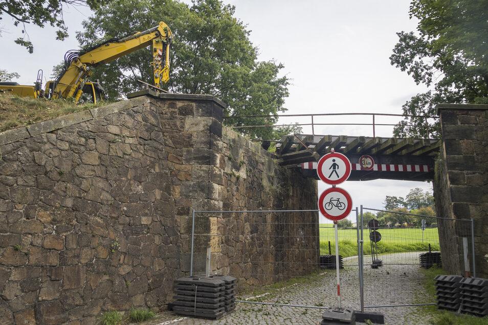 Nach wie vor ist die Durchfahrt nach Neunickritz voll gesperrt. Auch Fußgänger und Radfahrer dürfen nicht durch – wegen der Gefahr herabstürzender Brückenteile.