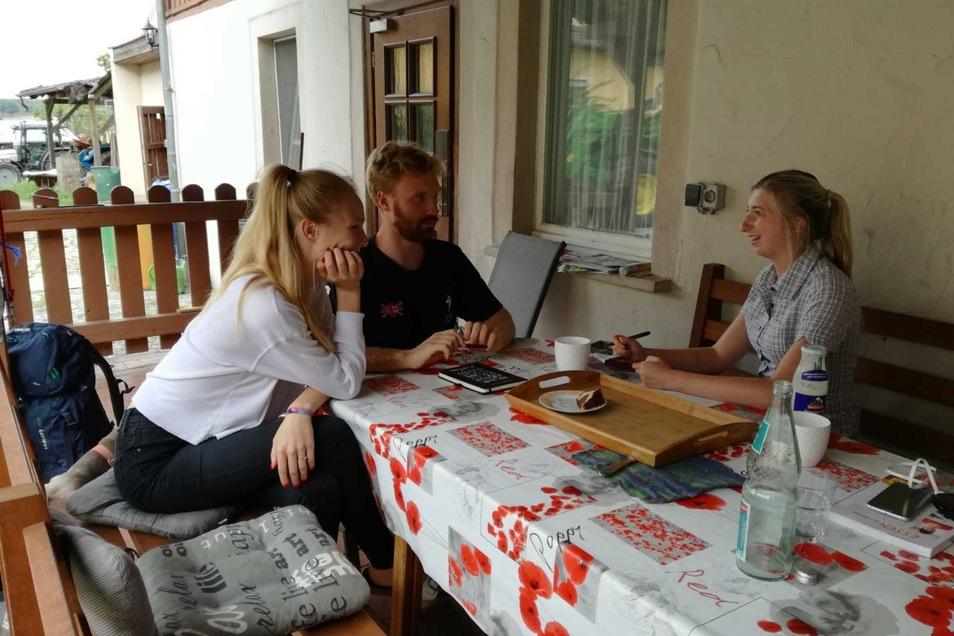 SZ-Reporterin Marleen Hollenbach (r.) im Gespräch mit dem jungen Sorben Ignac Wjesela und seiner Freundin Anna-Rosina Selma.