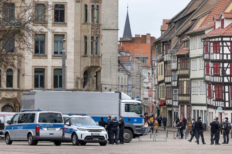 Hunderte Einsatzkräfte der Polizei zeigen wie hier am Domplatz in Erfurt Präsenz, um konsequent die Verbotsverfügung gegen eine Demonstration der sogenannten Querdenker durchzusetzen.