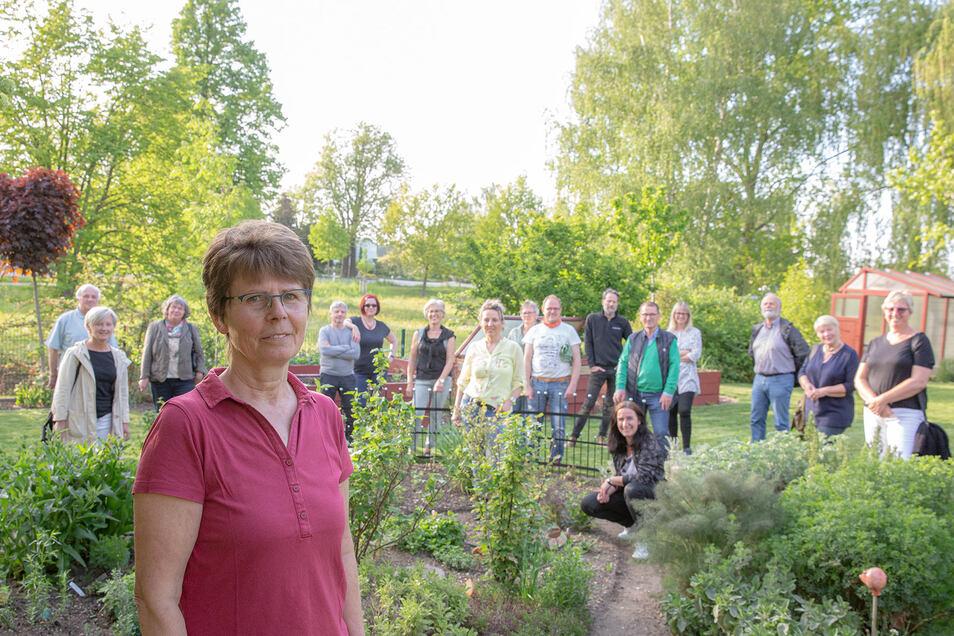 Bei der Aktion Offene Gartenpforte wollen auch Jutta (vorn) und Rüdiger Fessel in Zschornau Interessenten ihr ihre grüne Oase zeigen. Zur Vorbereitung trafen sich bei ihnen viele der Mitmacher zu einem ersten Kennenlernen.