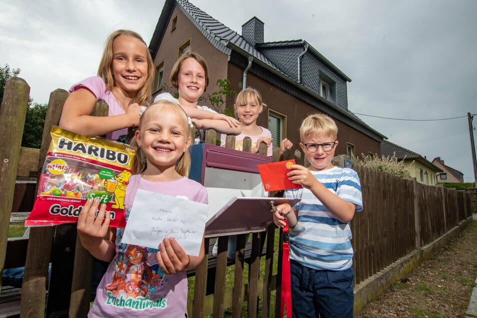 Annika, Fee, Tessa, Annabell und Timo (von links) gehören mit Lilly und Karl (nicht im Bild) zur Wannezeitungsredaktion. Für das kleine Faltblatt haben sie schon viel Lob erhalten.