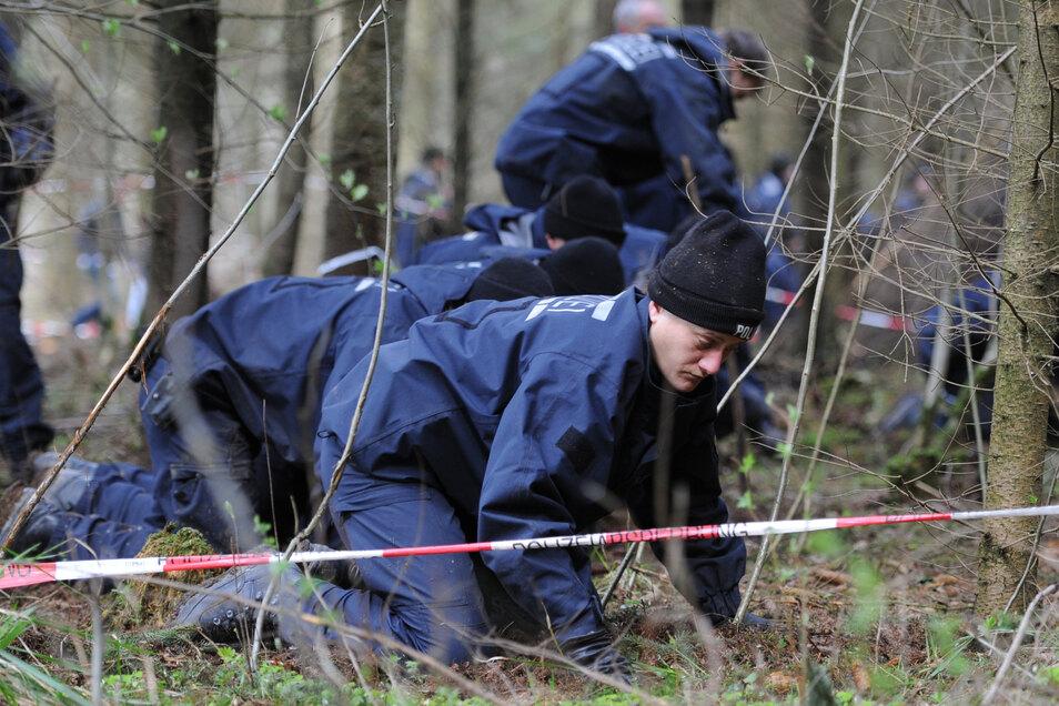Ein Absperrband der Polizei begrenzt ein Waldgebiet bei Nietheim, das von der Polizei durchsucht wird.