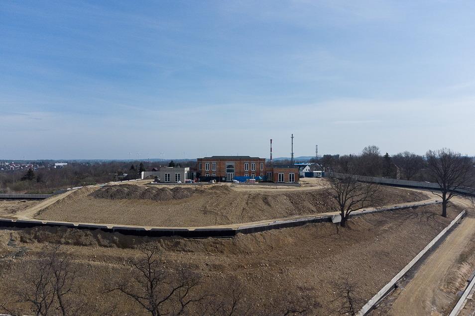 Deutlich zu sehen, wie der Hügel für die Villa am polnischen Neißeufer vis a vis von Görlitz aufgeschüttet wurde.
