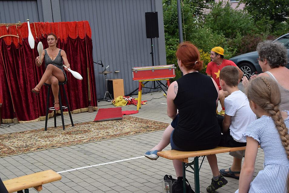 Aufritt Fräulein Döpp: Sie ist Teil des Comedy-Duos mit Bobarino Gravittini und war beim Mini-Braugassentheater der KulturFabrik Hoyerswerda.