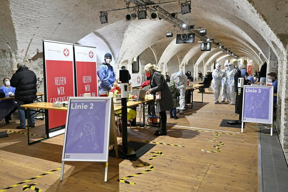 Gesundheitspersonal in Schutzanzügen arbeitet in der neuen Corona-Teststraße im Schloss Neugebäude in Wien-Simmering. Zuletzt wurden österreichweit binnen 24 Stunden 200.000 Menschen auf das Coronavirus überprüft.