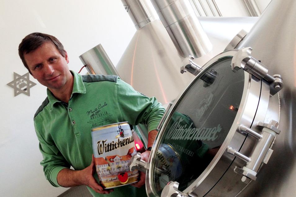 Stefan Glaab, Geschäftsführer der Stadtbrauerei Wittichenau, mit einem 5-Liter-Fässchen an einem Gärkessel im Sudhaus: das derzeit einzige Fassbier, das Wittichenau abfüllt – alles andere geht nur per Flasche.