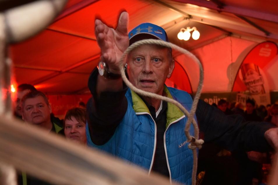 Zur Bob-Weltmeisterschaft im Februar übte sich Altenbergs Bürgermeister Thomas Kirsten beim Seilwerfen. Der Coronavirus ließ sich aber auch von ihm nicht einfangen.