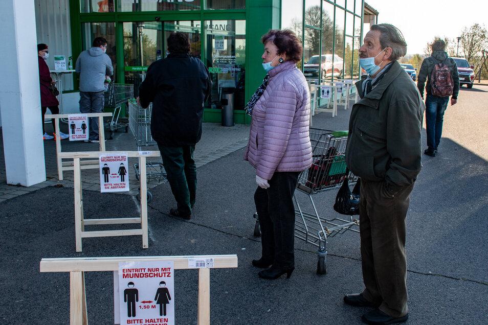 Beim RHG Baumarkt in Waldheim gibt es bereits draußen Maßnahmen zum Schutz vor dem Coronavirus.