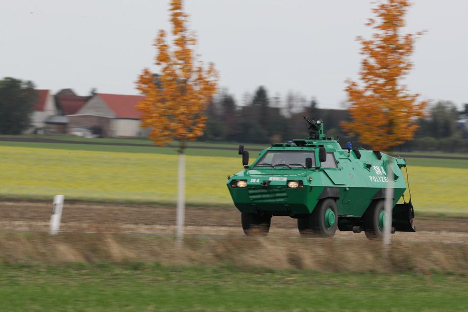 Ein gepanzertes Fahrzeug der Polizei sucht die Gegend um Wiedersdorf/Landsberg ab.