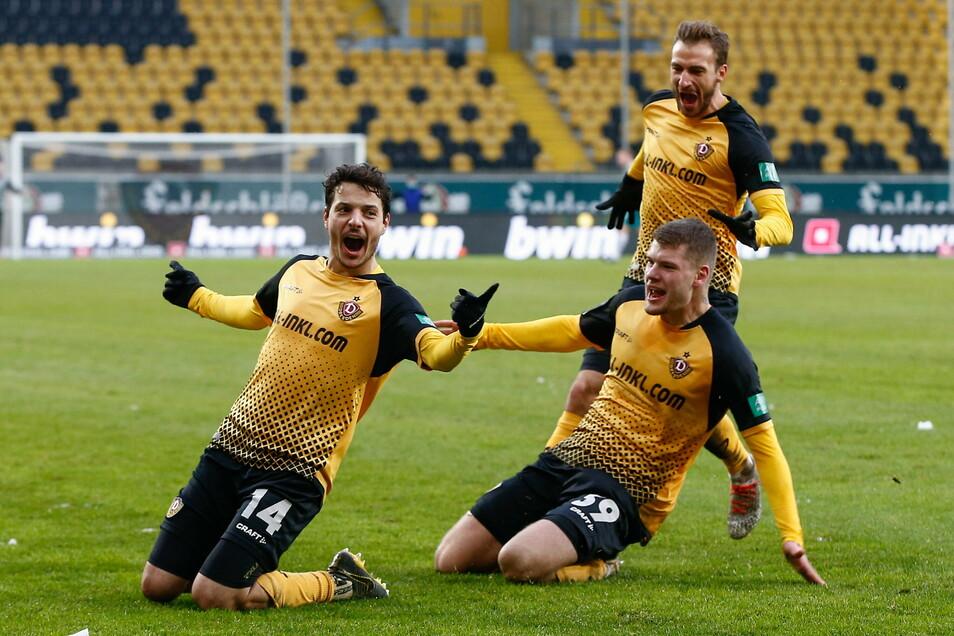 Zwei Treffer, zwei Vorlagen: Philipp Hosiner (l.) macht nicht nur die Mitspieler Kevin Ehlers und Pascal Sohm glücklich, sondern alle Dynamo-Fans froh.