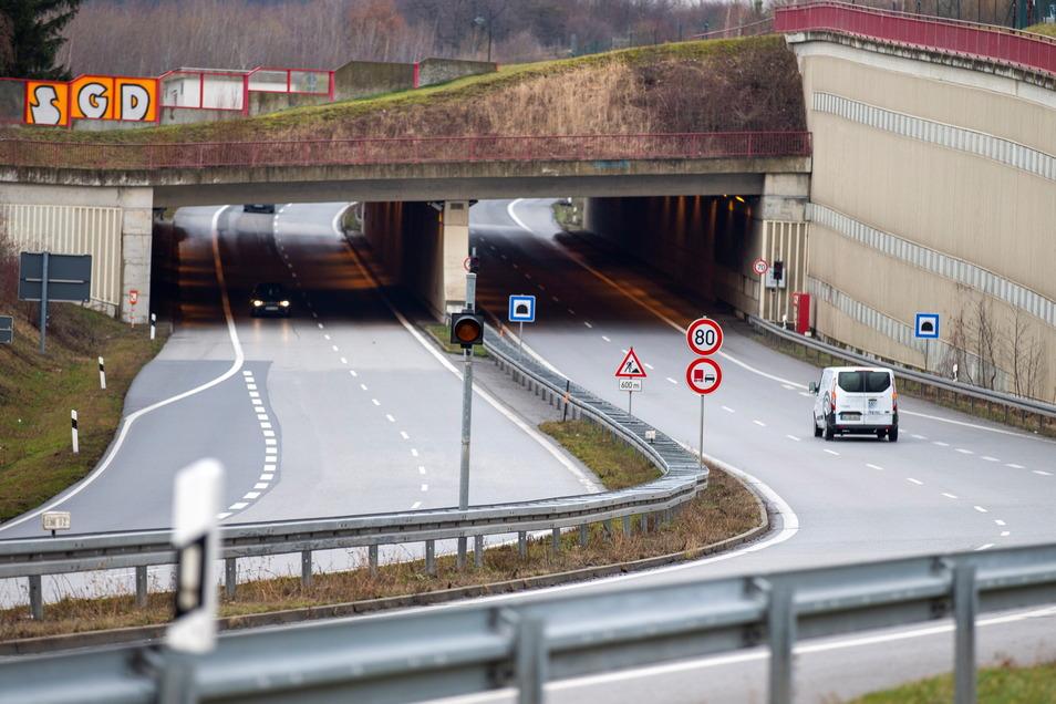 Tunnel am Pirnaer Autobahnzubringer: Bis Ende April ist jeweils ein Fahrstreifen dicht.