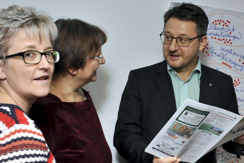 Der Rietschener Bürgermeister im Gespräch mit den Mitarbeiterinnen Ute Thielsch aus dem Bauamt und Annett Jähn (von rechts nach links). Für Ralf Brehmer ist die Arbeit einer kommunalen Verwaltung eine spannende Sache. Das möchte er gerne auch Schüler verm