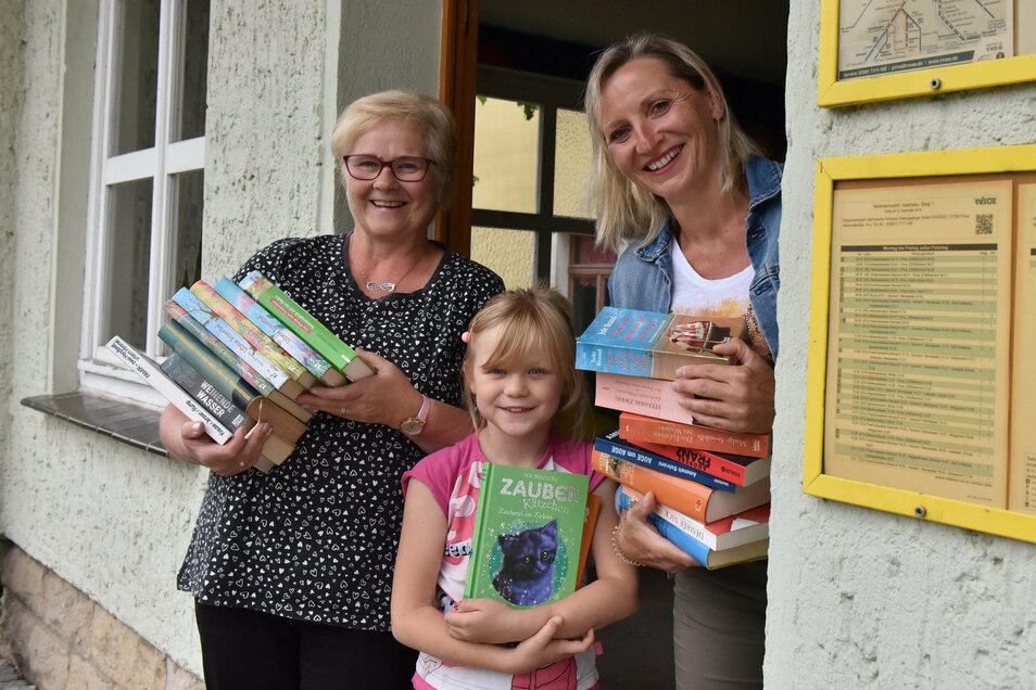 Alle Hände voll: Romy Schrön (l.), ihre Enkelin Lea und Rica Handrick fangen schon mal an, die Haltestelle einzuräumen.