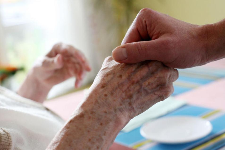 Immer mehr Menschen müssen im Alter gepflegt werden.