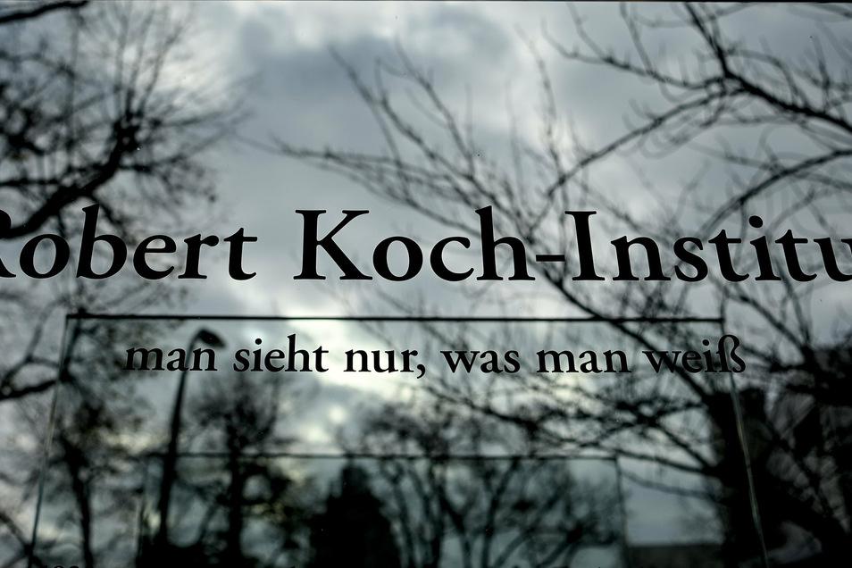Schriftzug des Robert Koch-Instituts vor dem Hauptsitz der Bundesbehörde. Das Institut will jetzt erforschen, wie gefährlich Gaststätten für eine Corona-Infektion sind. Im Landkreis Meißen haben sich am Donnerstag 75 Personen neu infiziert.