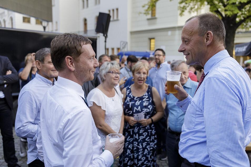 Vor und nach der Veranstaltung im Theater kamen die CDU-Politiker Michael Kretschmer und Friedrich Merz mit den Menschen ins Gespräch.