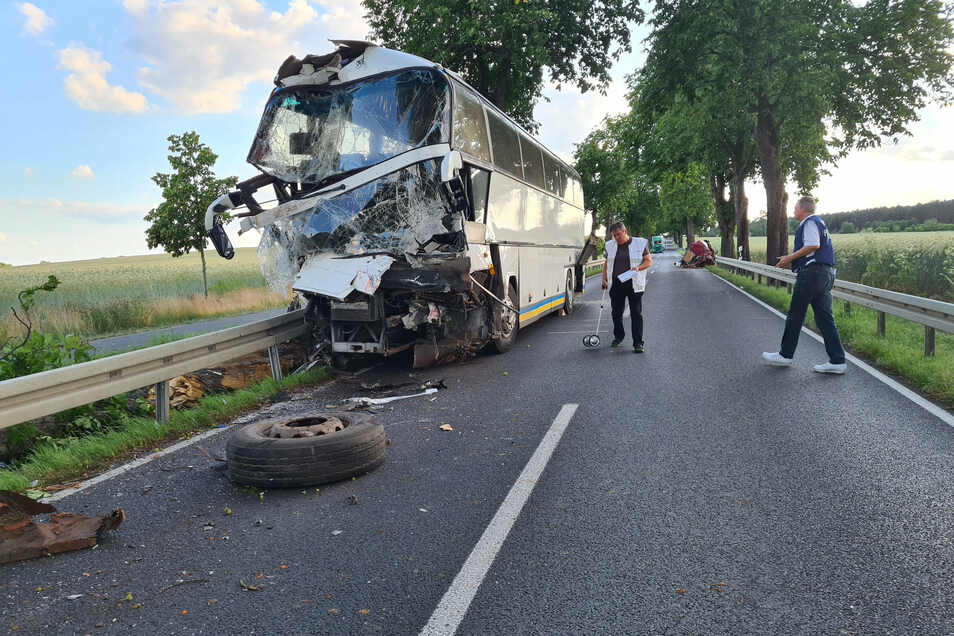 Bei dem Unfall im Landkreis Dahme-Spreewald ist ein Mensch gestorben, acht weitere wurden verletzt.