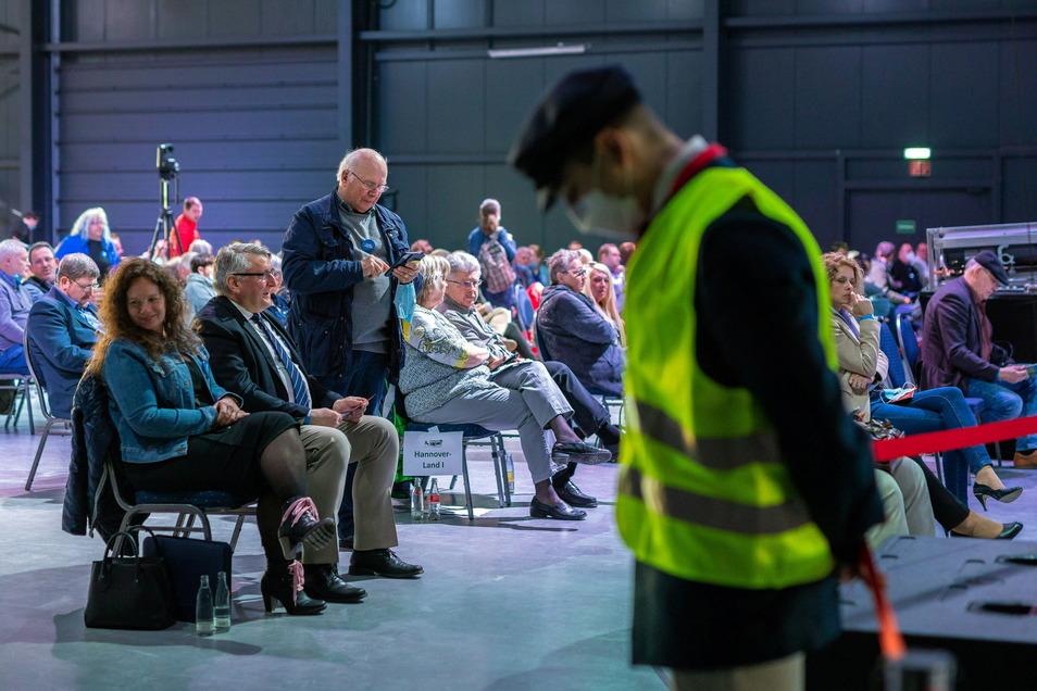 Mitglieder der AfD nehmen an einem Sonderparteitag der AfD Niedersachsen teil. Er musste wegen Überfüllung abgebrochen werden.