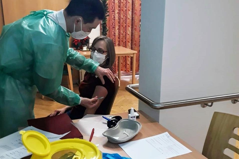 Im Radeberger Alten- und Pflegeheim haben am Sonntag die Corona-Impfungen begonnen. Neben den Bewohnern erhielten auch Mitarbeiter den Impfstoff, darunter Heimleiterin Carolin Proske.