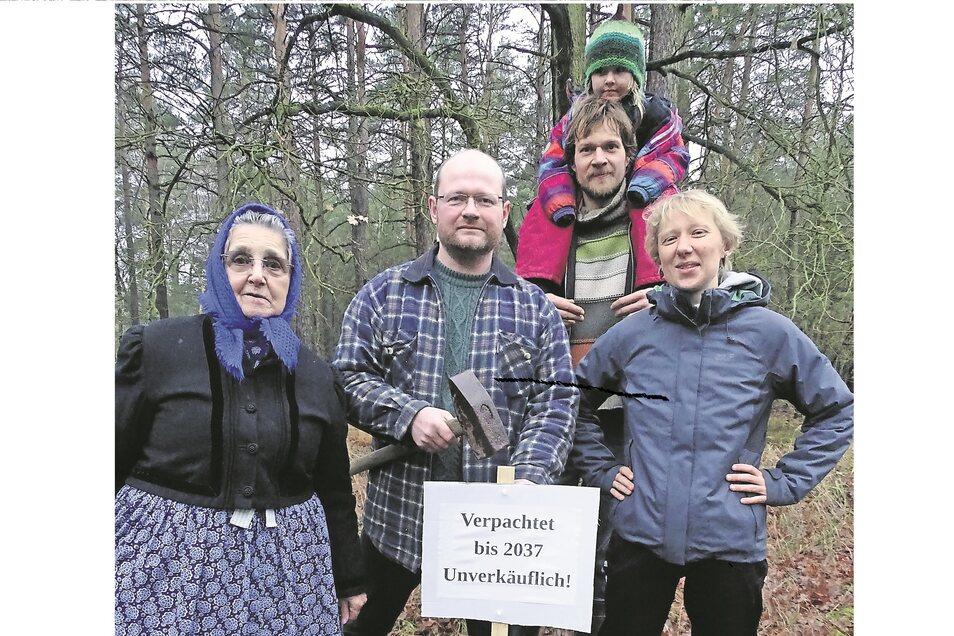 Das Foto zeigt Vertreter der Umweltgruppe Cottbus der Grünen Liga mit Anwohnern des Tagebaus im gepachteten Wald und die Rohnerin Edith Penk (links).