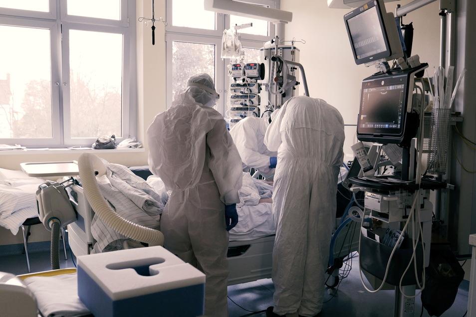 Solche Bilder wünscht sich keiner zurück: Im November hatten Ärzte und Pfleger auf der Coronastation im Städtischen Klinikum alle Hände voll zu tun.