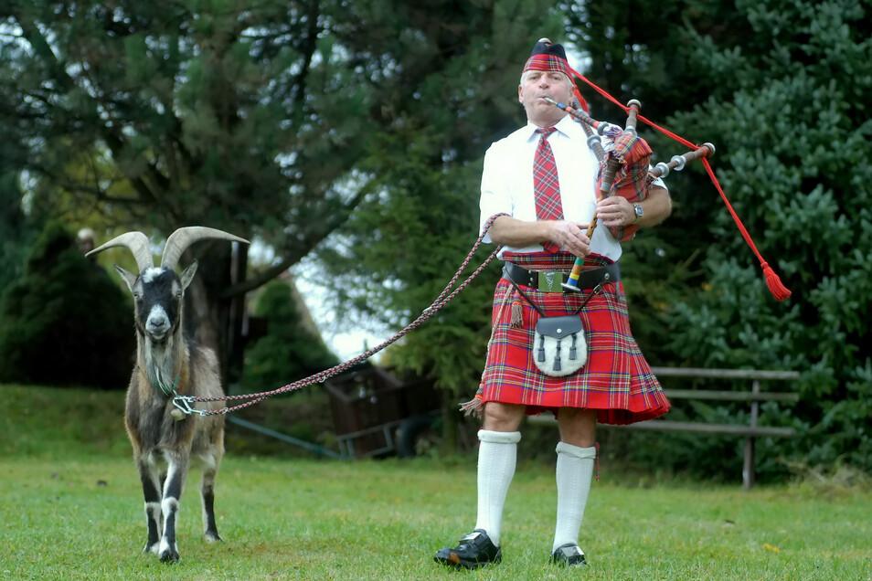 Hier ist er 2007 mit einem original schottischen Dudelsack und seinem Ziegenbock Hansi zu sehen.