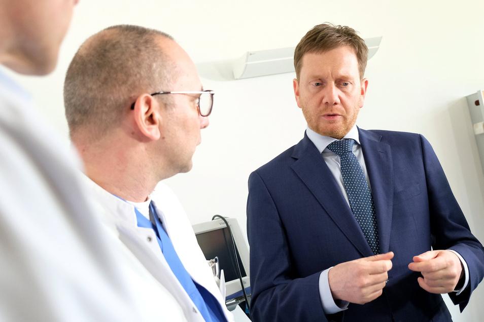 Auch Ministerpräsident Michael Kretschmer sah sich bereits in der Corona-Ambulanz am Elblandklinikum Meißen um. Mitte März sprach er unter anderem mit Dr. Thomas Peschel.