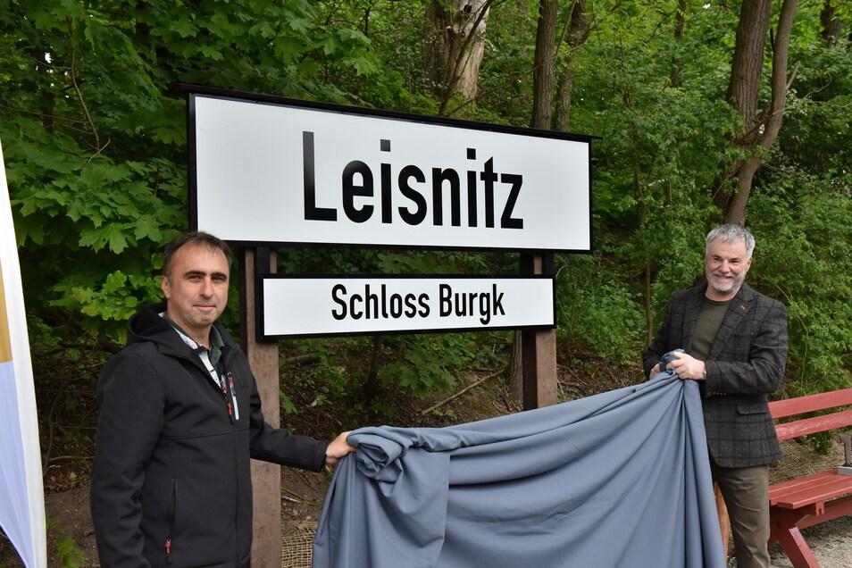 Holger Demnitz (li.) vom Windbergbahn-Verein enthüllt gemeinsam mit Freitals Oberbürgermeister Uwe Rumberg den Namen der neuen Bahnstation.