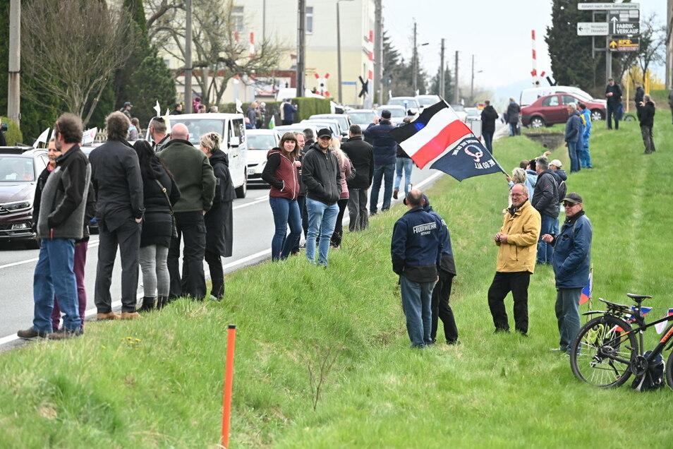 """Mit Fahnen und Transparenten fuhren knapp 500 Personen nach Großschönau, auch aus Görlitz. Darunter """"Querdenker"""" wie Markus Fuchs und der Görlitzer Frank Liske."""
