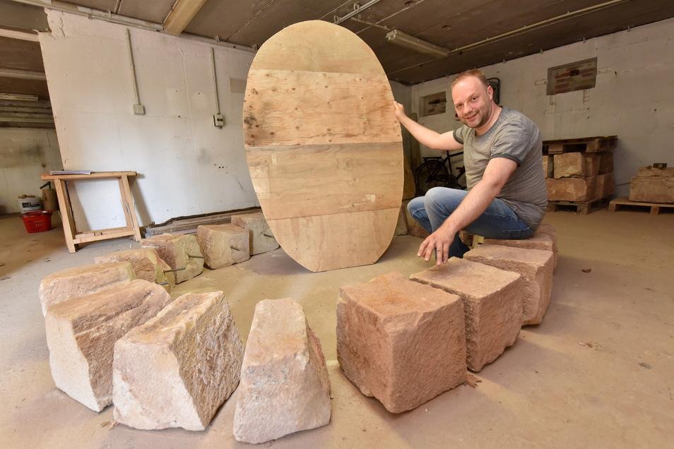 Silvio Stute vom Bergbau- und Hüttenverein zeigt hier den Querschnitt und die Steine der alten Rösche.