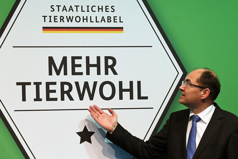 Bundeslandwirtschaftsminister Christian Schmidt (CSU) präsentiert im Januar 2017 auf dem Messegelände in Berlin ein neues staatliches Label für mehr Tierwohl.