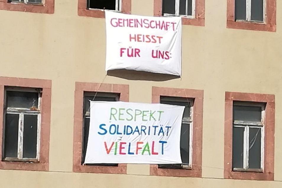 """Gegenprotest eines Bürgerbündnisses gegen das """"Wirgefühl"""", das die Montagsdemonstranten in Leisnig verbreiten. Das Bündnis stellt sich klar gegen die Demo-Teilnehmer."""
