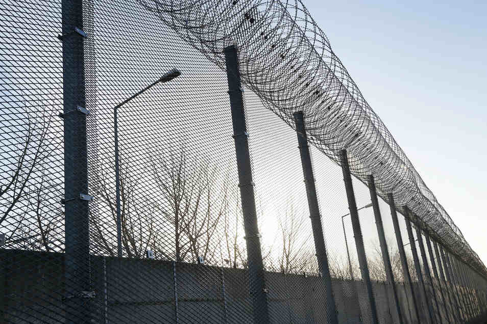Auch hinter Gittern sind Mediziner gefragt: Die JVA Zeithain würde deshalb gern einen Anstaltsarzt beschäftigen. Doch schon seit Jahren findet sich niemand, der den Job übernehmen will.