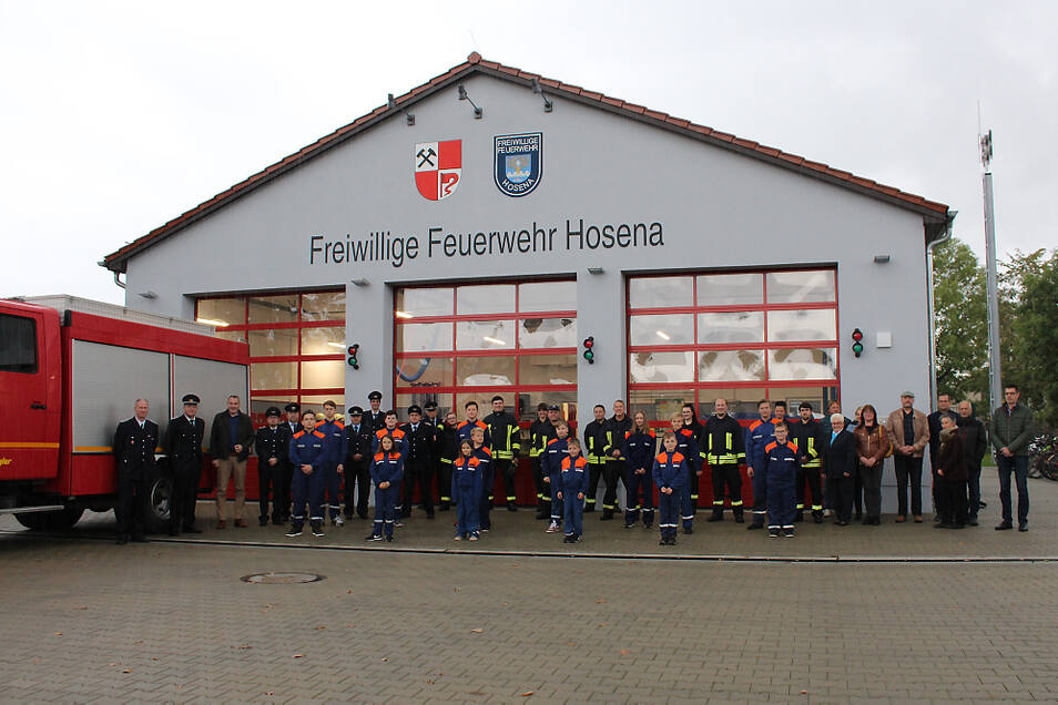 Die Freiwillige Feuerwehr Hosena ist samt Jugendfeuerwehr vor ihrem neuen Gerätehaus angetreten.