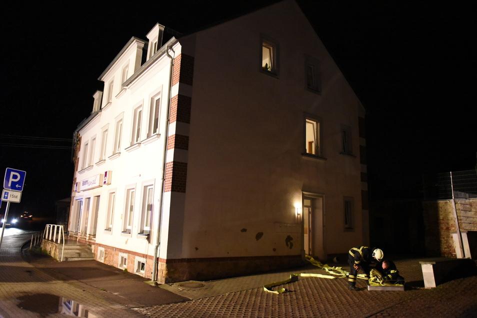 Die Kameraden gingen mit Löschwasser in das Haus vor, um einen möglichen Brand zu löschen.