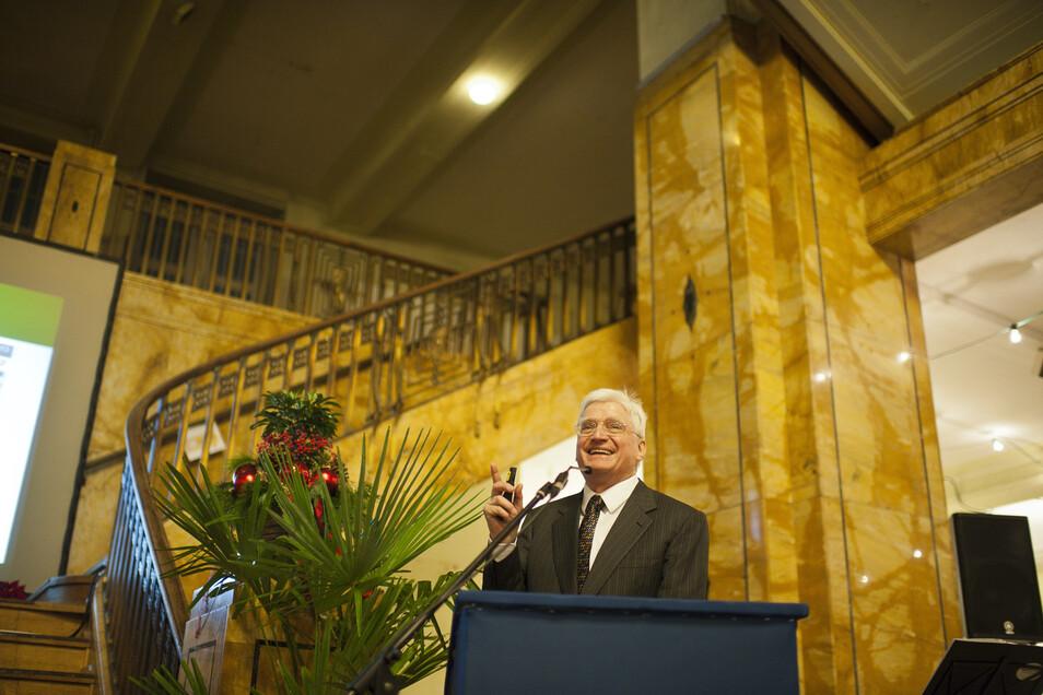 Winfried Stöcker, hier bei einer Jubiläumsveranstaltung im Kaufhaus: Er verteidigt seine Pläne.