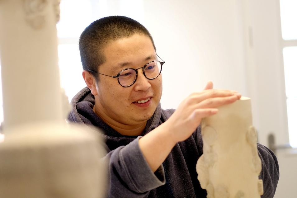 Für zwei Monate hat der in China geborene und in Frankreich lebende Porzellankünstler Zhuo Qi sein Atelier in der Görnischen Gasse 4 in Meißen eingerichtet.