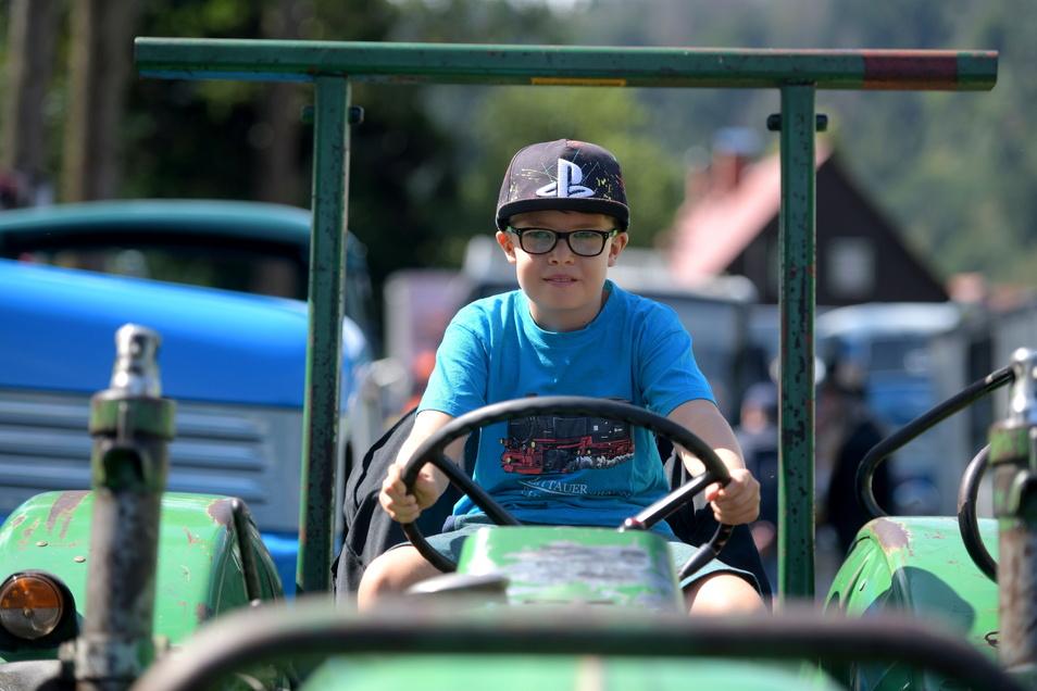 Der kleine Linus sitzt auf einem Deutz Traktor aus dem Jahr 1966. Die Besitzer des Gefährtes kamen aus Zodel und waren über vier Stunden unterwegs.