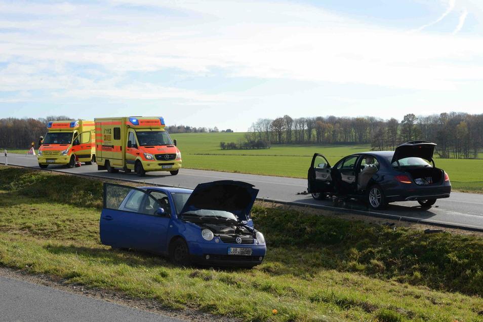 Als der blaue VW links abbiegen wollte, knallte ihm der Mercedes beim Überholen in die Seite.