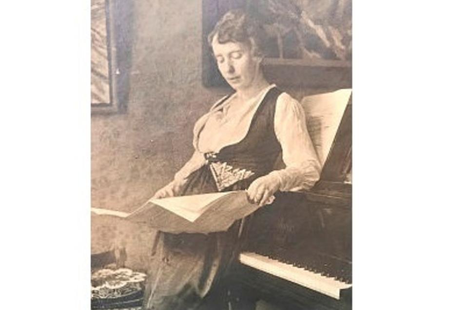 Neumann-Hegenbergs Frau Hildegard Freiin von Lyncker war Sängerin und Gesangspädagogin. Das Foto stammt aus dem Besitz von Brita Friedrichs und zeigt die Sängerin im Jahr 1920. Das Foto wurde damals für einen Konzertaushang gemacht.