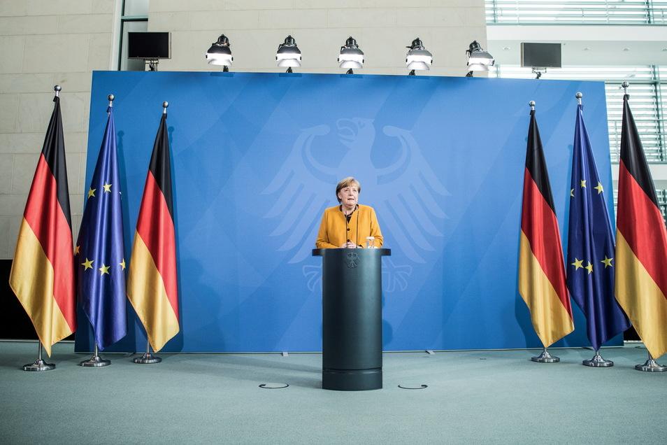 Bundeskanzlerin Angela Merkel (CDU) gibt nach Gesprächen mit den Ministerpräsidenten ihre Erklärung ab.
