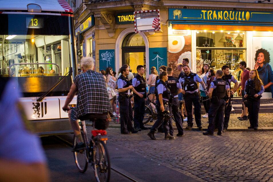 """An der Kreuzung von Görlitzer und Rothenburger Straße, in Dresden als """"Assi-Eck"""" bekannt, versuchten etwa 20 Polizeibeamte, die Straße freizuhalten. Kurz vor 23 Uhr rollte dort die letzte Straßenbahn durch. Dann war es so voll, dass die Bahnen umgeleitet"""