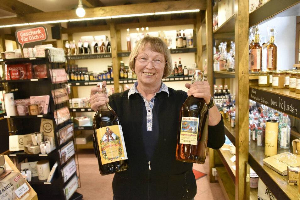 Christine Baeseler, 67, führt die Geschäfte der Kräuterlikörfabrik Altenberg. Hier stemmt sie zwei Maxiflaschen mit Vogelbeerlikör (r.) und dem Klassiker Altenberger Gebirgsbitter.