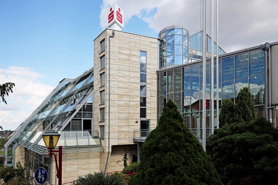 Unverwechselbar, aber sanierungsbedürftig: Das Glasdach der Sparkasse an der Riesaer Hauptstraße wird repariert. Dafür bleibt wochenlang ein Eingang dicht.