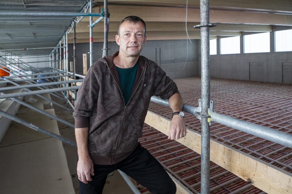 Markus Kirchner, Fachbereichsleiter der Gemeinde Bannewitz, auf der Tribüne. Dort finden einmal 199 Zuschauer Platz.