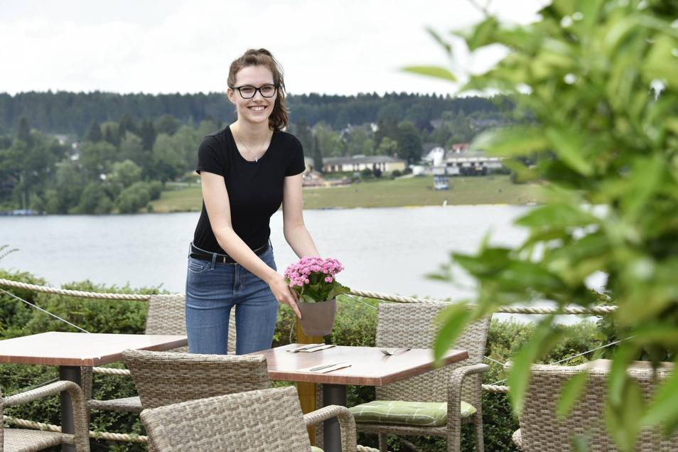 Kellnerin Beatrice Thaler bereitet die Tische auf der Terrasse des Bella Vista in Malter für den Mittagstisch vor. Dieses Angebot wurde nach den Erfahrungen in der Coronazeit ausgebaut.
