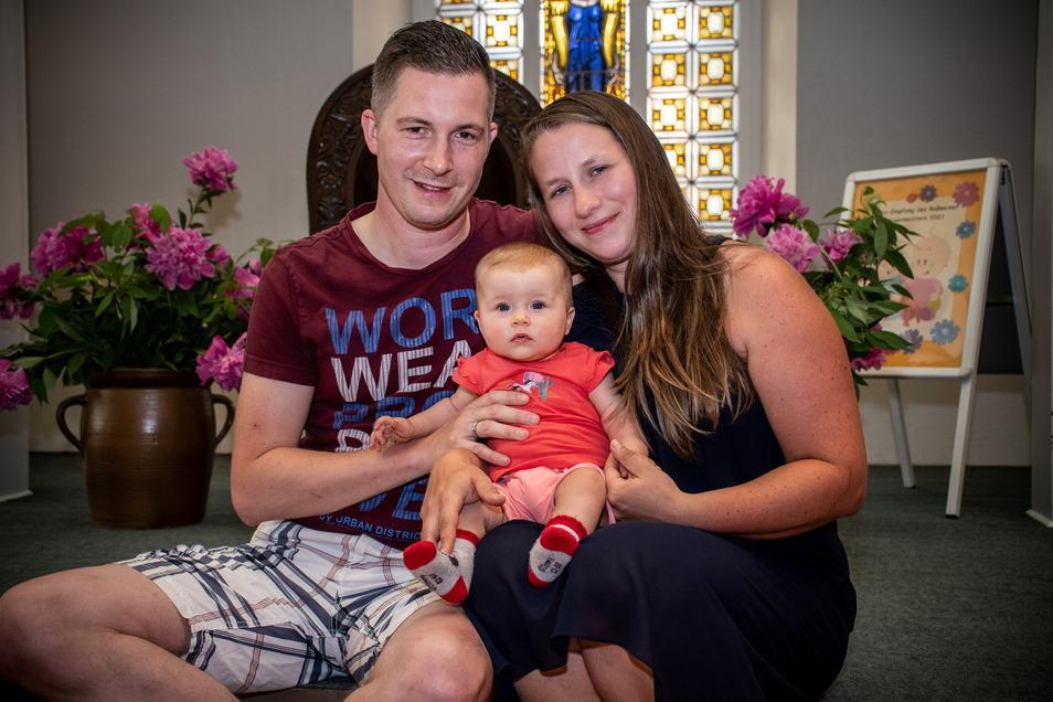 Manuel und Christin Schleehahn mit ihrer Tochter Sina haben beim Babyempfang im Roßweiner Ratssaal wertvolle Informationen erhalten.