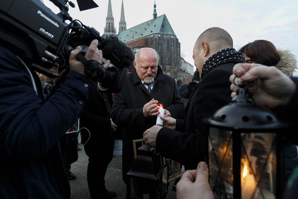 Auch das Friedenslicht aus Bethlehem kam gestern auf der Altstadtbrücke an. OB Deinege entzündete sein Licht an dem von Rafal Gronicz, Bürgermeister von Zgorzelec (oben).