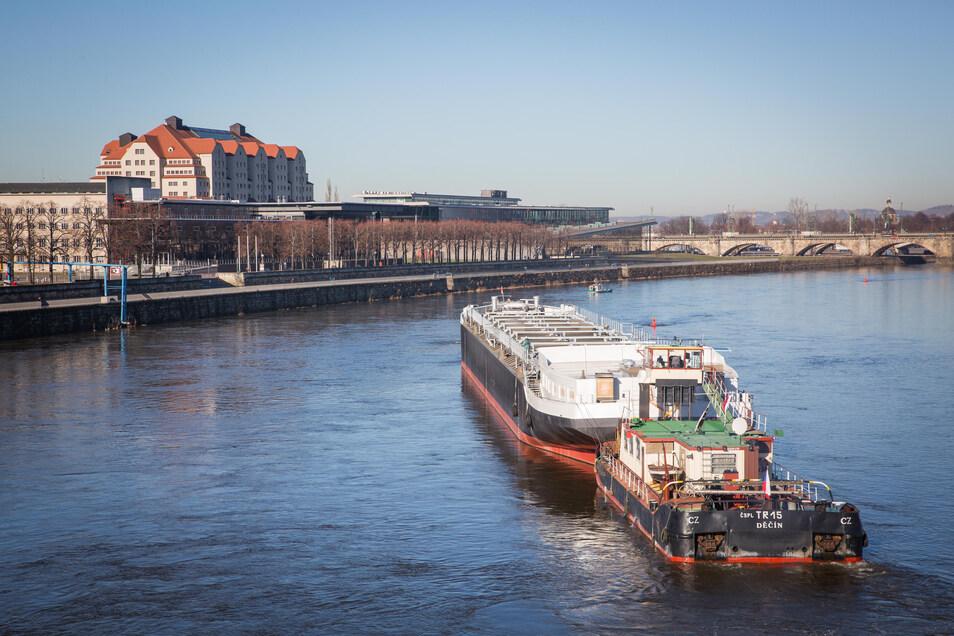 Der letzte spektakuläre Transport auf der Elbe fand im Februar 2019 statt. 110 Meter lang war der rumpf eines Tankers, den tschechische Schiffe durch Dresden bugsierten.